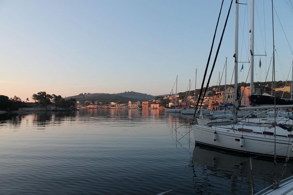 раннее утро в порт Гайос