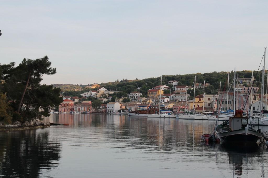 нас приютил порт Гайос - за стоянку, заправку водой и электричеством мы заплатили 5 евро....