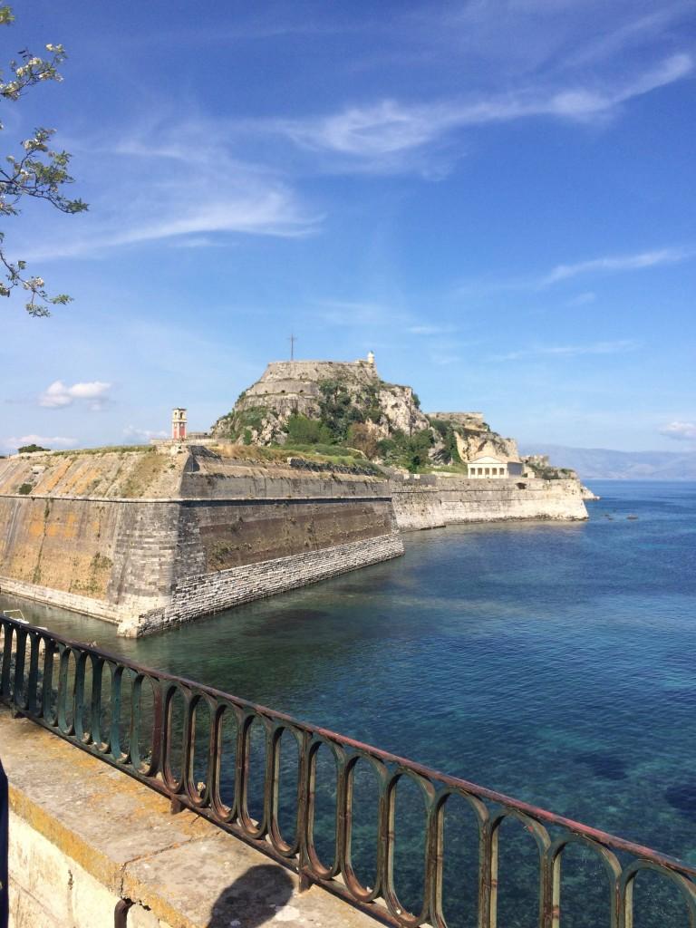 """Старая крепость (""""морская"""", """"венецианская"""" или Палео Фрурио), расположена на восточной оконечности города, отрезана от города искусственным рвом, созданным в естественном стоке, с морской водой внизу"""