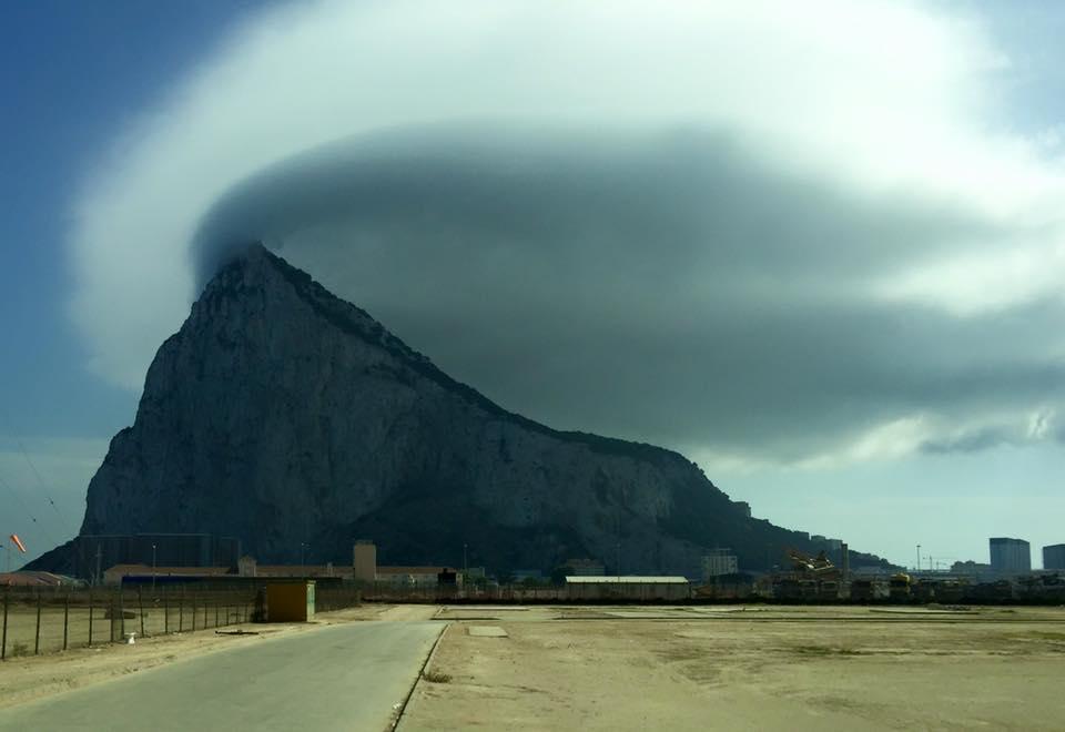 знаменитое облако-флаг над скалой Гибралтар