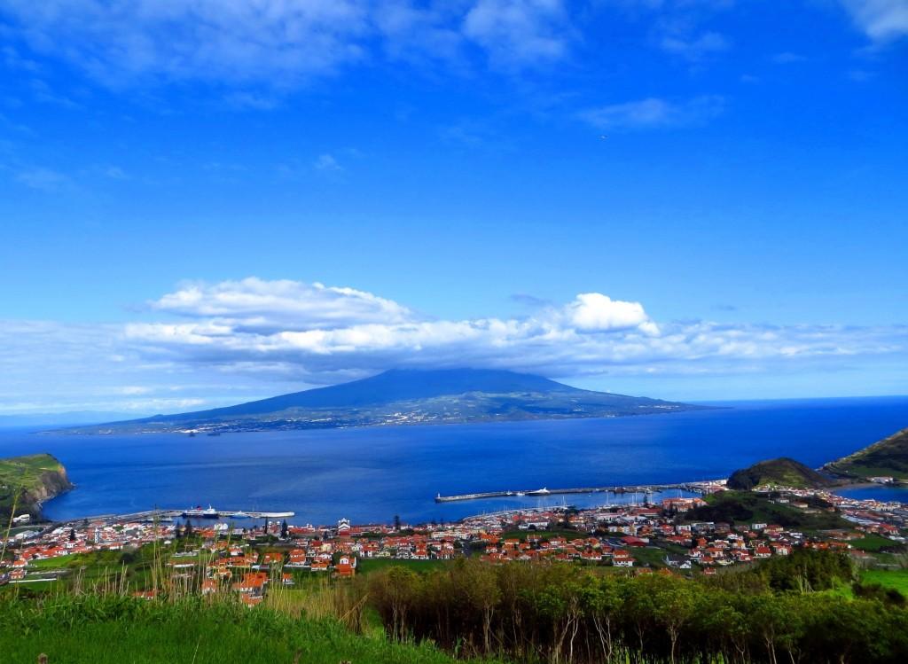 остров Faial - вид из Horta на остров Pico