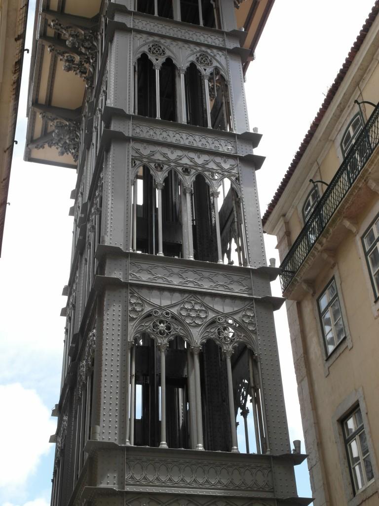 знаменитый лифт в Лиссабоне