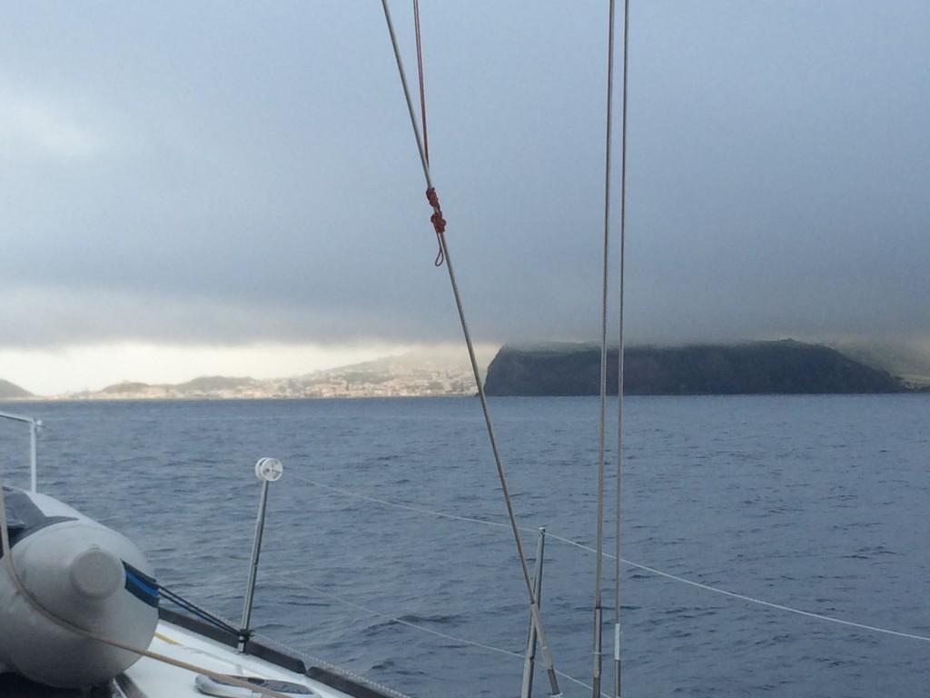 впереди под дождевым облаком скрывается Файал