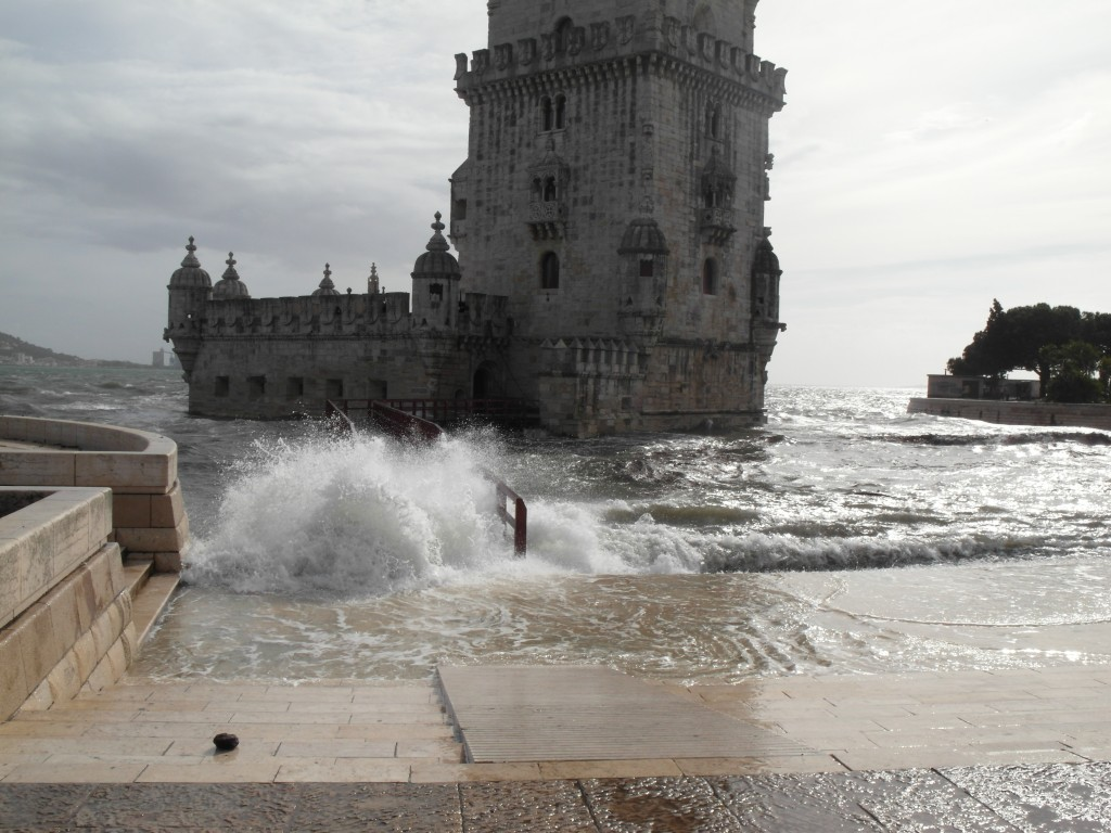 Белемская башня во время наводнения (нам повезло, конечно)