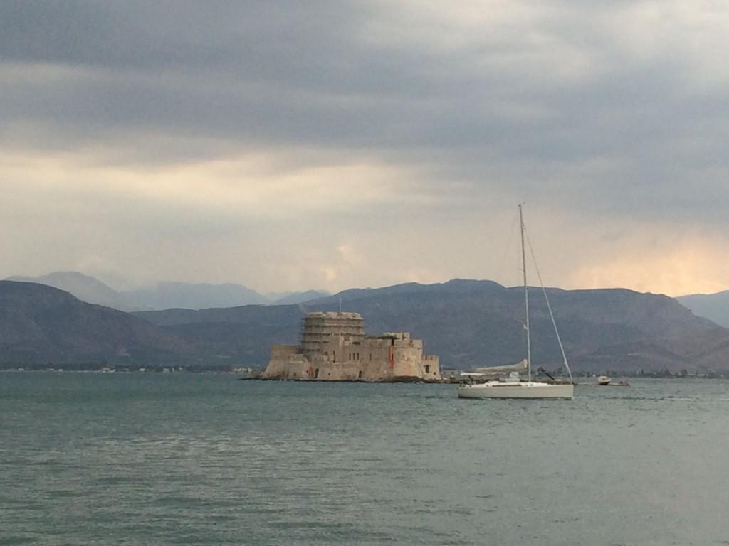 Я думала, что это форт. Но нет – это замок! Замок Бурдзи построен на острове в центре гавани. Построили его, конечно, венецианцы..
