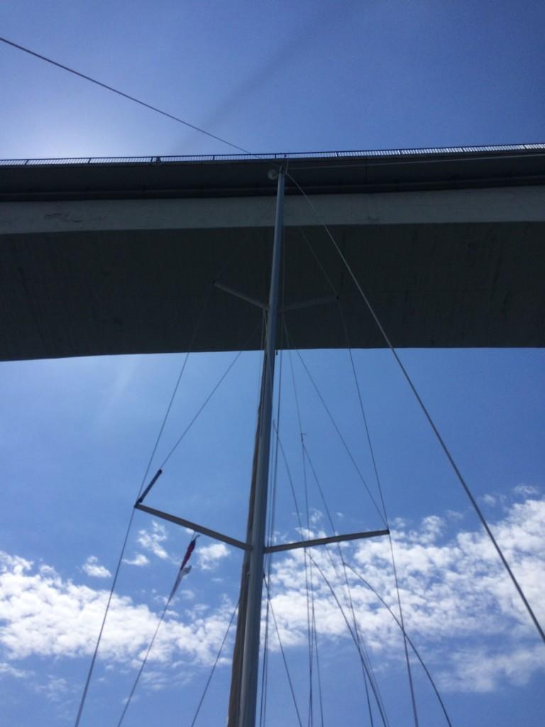 пройти на лодке под мостом - развлечение не для слабонервных)